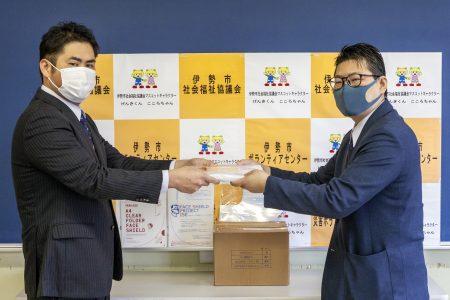 新型コロナウイルス対策として「フェイスシールド」が贈呈される